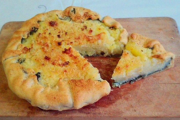 Torta salata con cavolfiore, patate, boragine