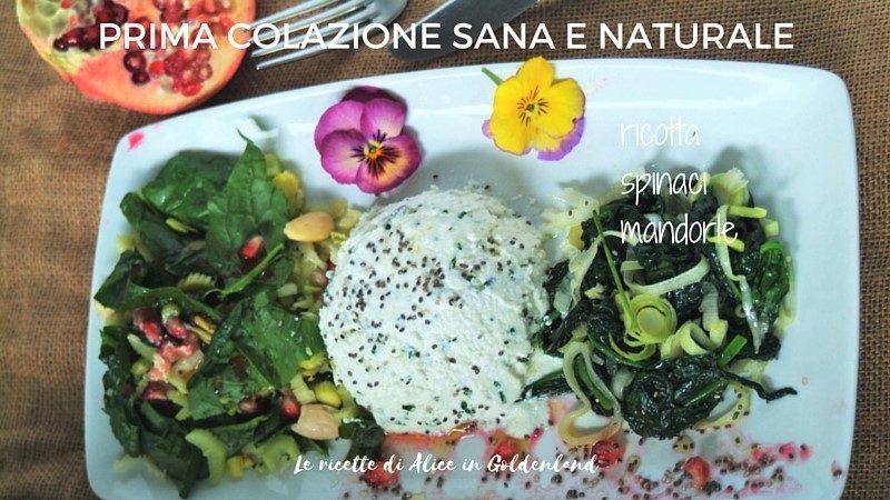 Prima colazione sana e naturale: ricotta, spinaci, mandorle