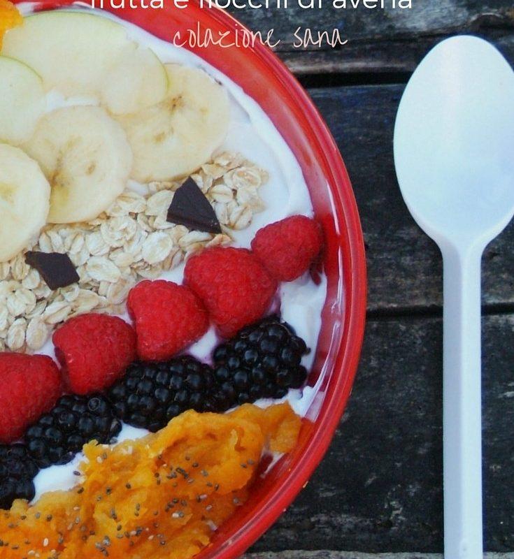 Yogurt greco, frutta e fiocchi di avena-colazione sana